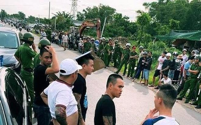 """Vụ vây xe chở công an ở Đồng Nai: Người khâu 13 mũi nói """"bị cảnh sát cầm ghế phang rách trán"""""""