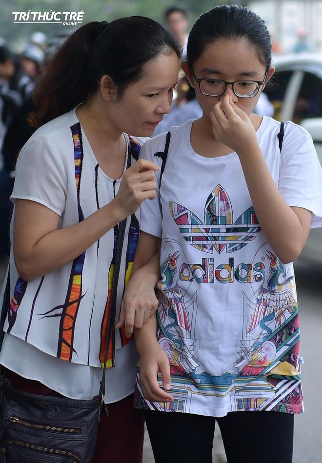 Những cái ôm ấm áp của phụ huynh Hà Nội dành cho con em trước khi vào kỳ thi tuyển lớp 10 - Ảnh 8.