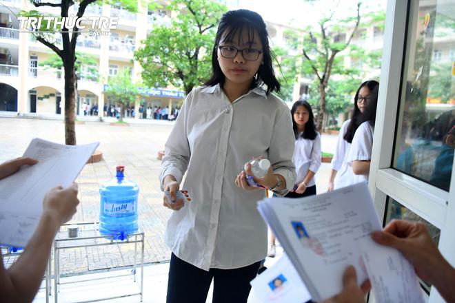 Những cái ôm ấm áp của phụ huynh Hà Nội dành cho con em trước khi vào kỳ thi tuyển lớp 10 - Ảnh 12.