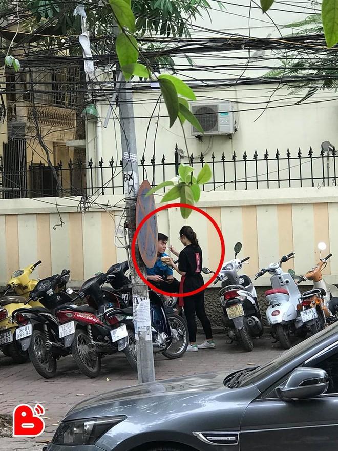 Hành động của cặp đôi yêu nhau ở bãi đỗ xe lúc 4 giờ chiều mỗi ngày khiến nhiều người xuýt xoa - ảnh 1
