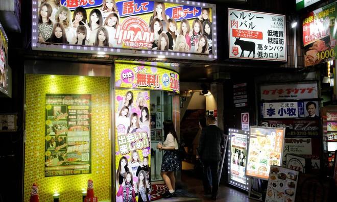 Dịch vụ hẹn hò nữ sinh mặc váy ngắn: Vỏ bọc hoàn hảo cho ngành công nghiệp tình dục ở Nhật Bản - Ảnh 1.