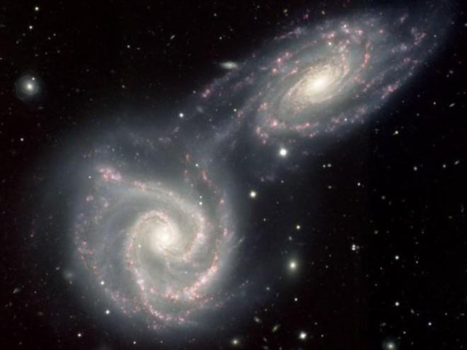 Kinh ngạc cảnh tượng ngoạn mục các thiên hà nuốt chửng nhau - Ảnh 1.