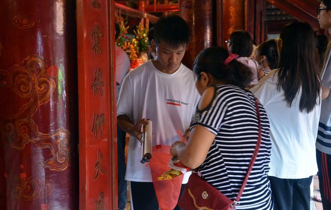 Sĩ tử, phụ huynh xếp hàng dài mua vé vào Văn Miếu cầu may trước ngày thi THPT - Ảnh 6.