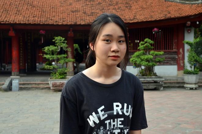 Sĩ tử, phụ huynh xếp hàng dài mua vé vào Văn Miếu cầu may trước ngày thi THPT - Ảnh 7.
