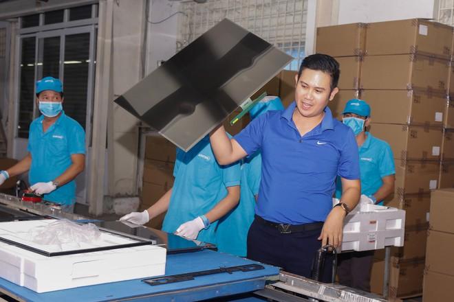 Chủ tịch Asanzo Phạm Văn Tam tự tay lắp tivi trong tâm bão nhập nhèm xuất xứ sản phẩm - Ảnh 3.