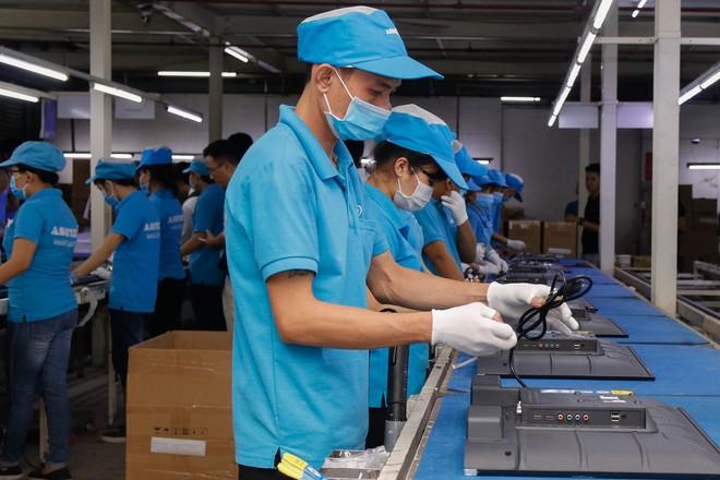 Chủ tịch Asanzo Phạm Văn Tam tự tay lắp tivi trong tâm bão nhập nhèm xuất xứ sản phẩm - Ảnh 5.