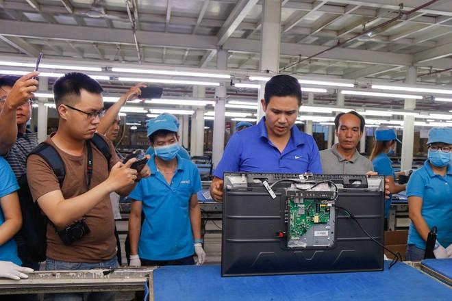 Chủ tịch Asanzo Phạm Văn Tam tự tay lắp tivi trong tâm bão nhập nhèm xuất xứ sản phẩm - Ảnh 6.