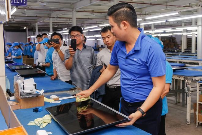 Chủ tịch Asanzo Phạm Văn Tam tự tay lắp tivi trong tâm bão nhập nhèm xuất xứ sản phẩm - Ảnh 9.