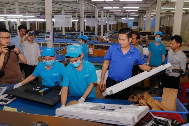 Chủ tịch Asanzo Phạm Văn Tam tự tay lắp tivi trong tâm bão nhập nhèm xuất xứ sản phẩm - Ảnh 10.