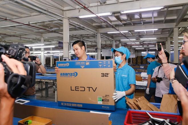 Chủ tịch Asanzo Phạm Văn Tam tự tay lắp tivi trong tâm bão nhập nhèm xuất xứ sản phẩm - Ảnh 11.