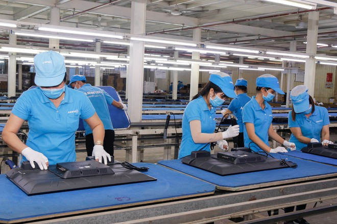 Chủ tịch Asanzo Phạm Văn Tam tự tay lắp tivi trong tâm bão nhập nhèm xuất xứ sản phẩm - Ảnh 12.