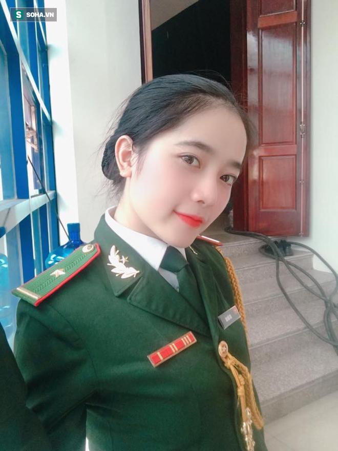 Mặc quân phục chụp hình, cô gái khiến dân mạng truy tìm ráo riết - ảnh 3