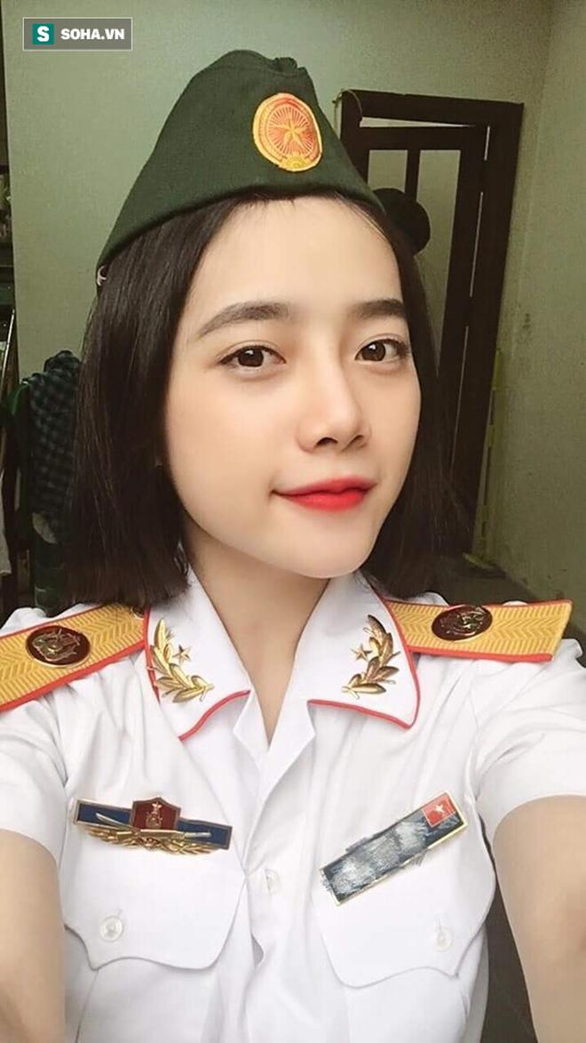 Mặc quân phục chụp hình, cô gái khiến dân mạng truy tìm ráo riết - ảnh 1