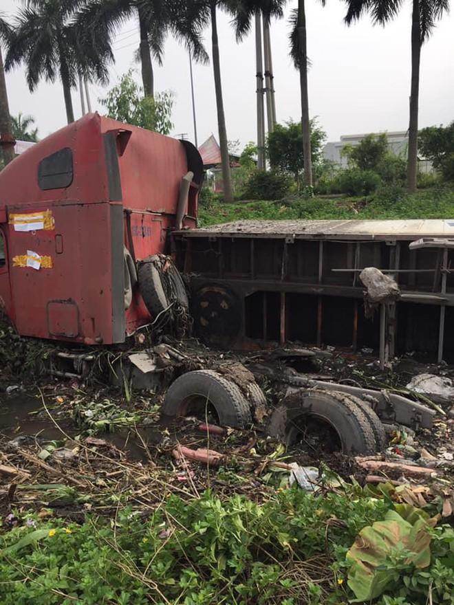 Sáng sớm, người đi đường giật mình khi thấy xe container nằm gọn dưới mương - Ảnh 2.