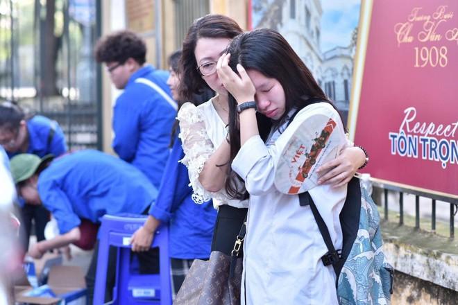 Hình ảnh thí sinh rời phòng thi, khóc ngay khi gặp mẹ bên ngoài khiến bao người nghẹn ngào - ảnh 1
