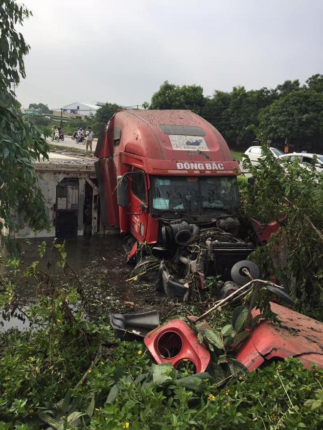 Sáng sớm, người đi đường giật mình khi thấy xe container nằm gọn dưới mương - Ảnh 3.