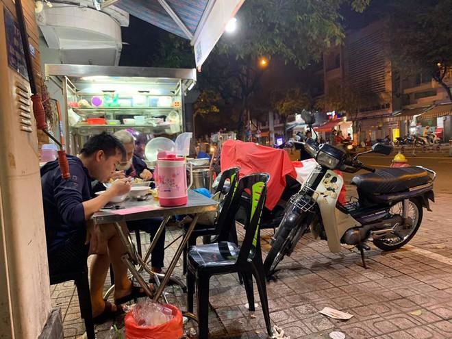 Thanh niên một mình đi ăn hủ tiếu, gặp cụ già bán vé số và hành động ấm lòng ngay sau đó - ảnh 1