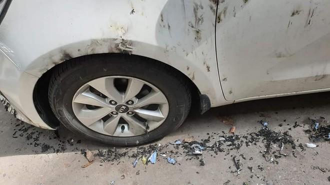 Ô tô bị đổ xăng đốt cháy loang lổ, nguyên nhân được cho là đỗ không đúng nơi quy định? - ảnh 2