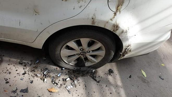 Ô tô bị đổ xăng đốt cháy loang lổ, nguyên nhân được cho là đỗ không đúng nơi quy định? - ảnh 6