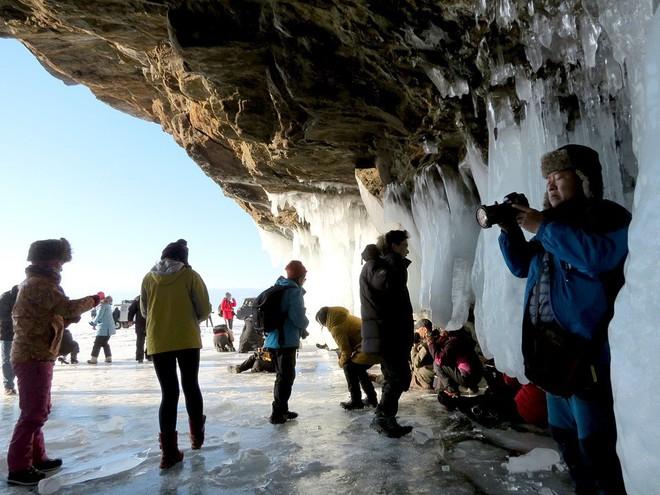 Du khách Trung Quốc ùn ùn đổ đến hồ Baikal: Người Nga lo sợ nước hồ bị uống cạn - Ảnh 1.
