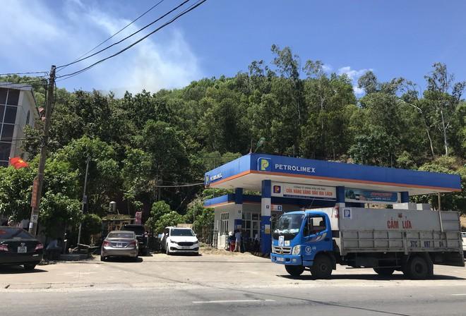 Cháy rừng ở Hà Tĩnh: Đổ cát, tưới nước lên nắp bể xăng hàng chục nghìn lít tránh cháy nổ - Ảnh 4.