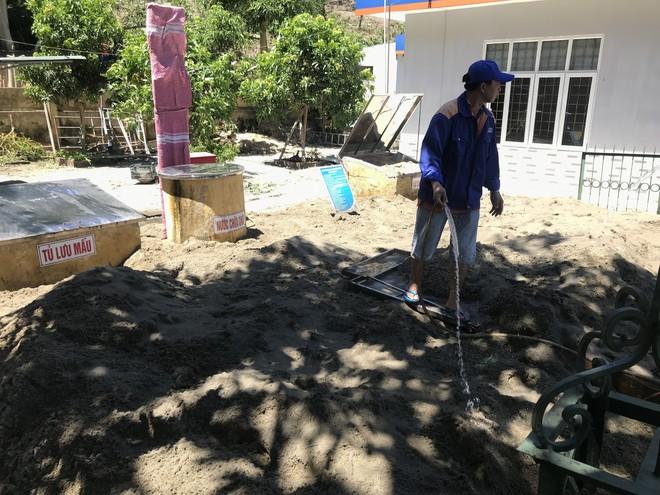 Cháy rừng ở Hà Tĩnh: Đổ cát, tưới nước lên nắp bể xăng hàng chục nghìn lít tránh cháy nổ - Ảnh 10.