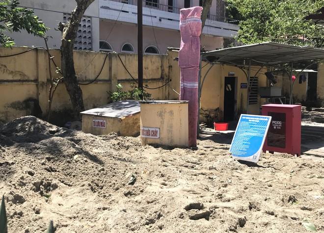Cháy rừng ở Hà Tĩnh: Đổ cát, tưới nước lên nắp bể xăng hàng chục nghìn lít tránh cháy nổ - Ảnh 9.
