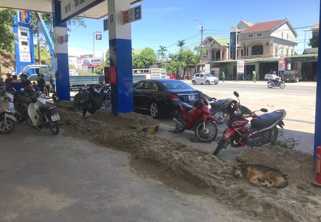 Cháy rừng ở Hà Tĩnh: Đổ cát, tưới nước lên nắp bể xăng hàng chục nghìn lít tránh cháy nổ - Ảnh 7.