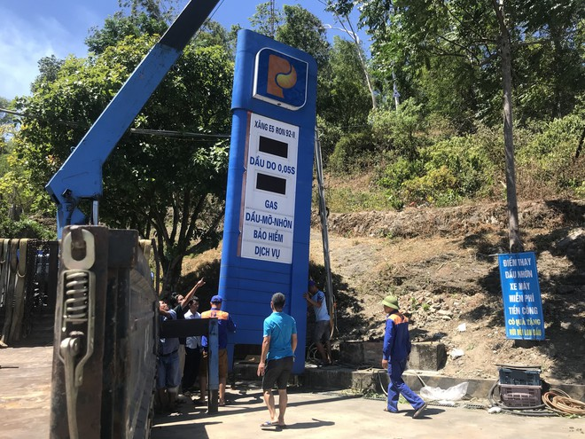 Cháy rừng ở Hà Tĩnh: Đổ cát, tưới nước lên nắp bể xăng hàng chục nghìn lít tránh cháy nổ - Ảnh 8.
