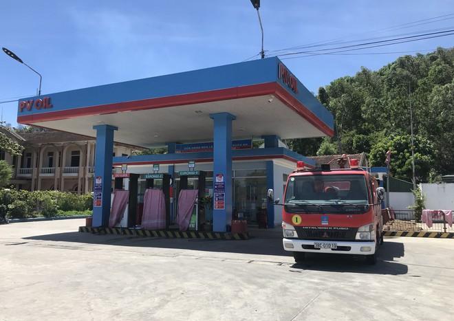 Cháy rừng ở Hà Tĩnh: Đổ cát, tưới nước lên nắp bể xăng hàng chục nghìn lít tránh cháy nổ - Ảnh 5.