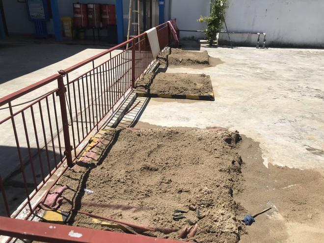 Cháy rừng ở Hà Tĩnh: Đổ cát, tưới nước lên nắp bể xăng hàng chục nghìn lít tránh cháy nổ - Ảnh 6.