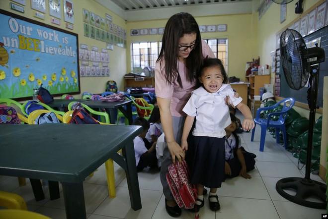 24h qua ảnh: Cô giáo dỗ học sinh trong ngày đầu tới trường - Ảnh 2.