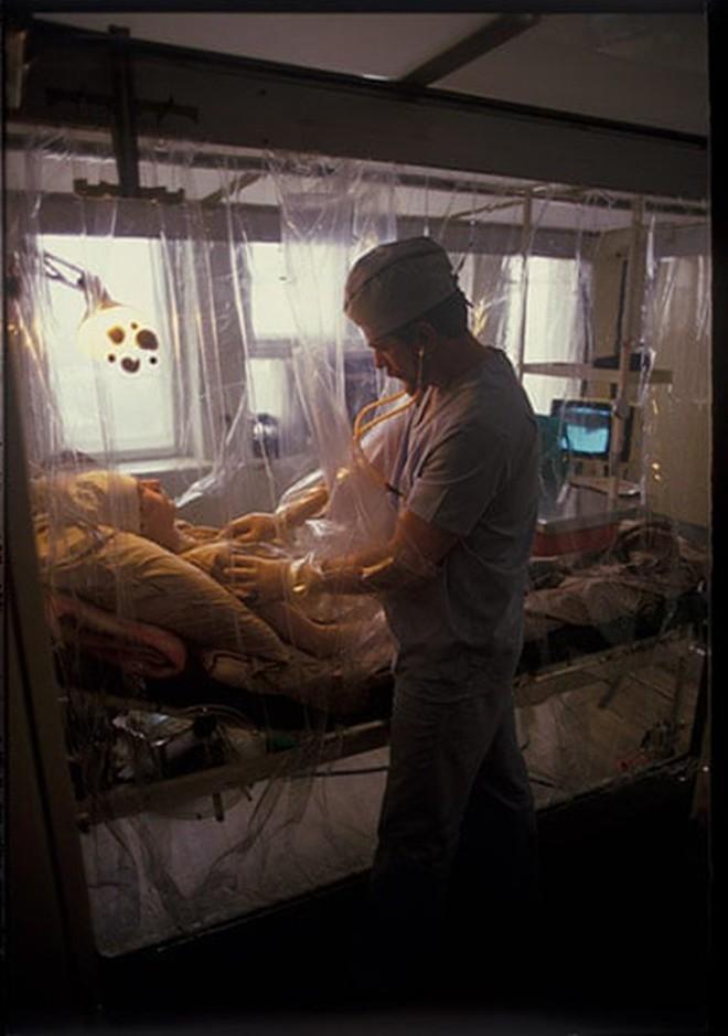 Những bức ảnh hơn vạn lời nói cho thấy mức độ khủng khiếp của thảm họa hạt nhân Chernobyl: Vùng đất chết chóc bao giờ mới hồi sinh? - Ảnh 11.