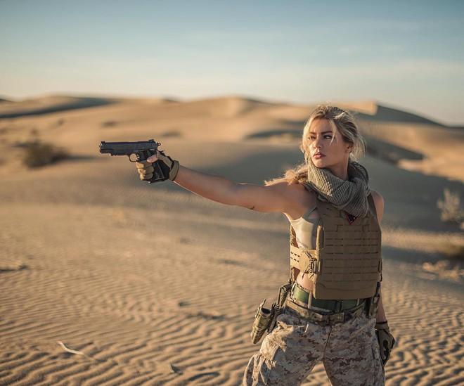 Nữ lính thủy đánh bộ gợi cảm nhất Thế giới tung loạt ảnh nóng ủng hộ ông Trump - ảnh 6