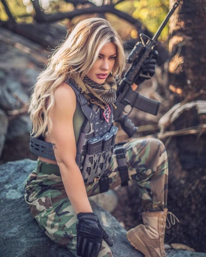 Nữ lính thủy đánh bộ gợi cảm nhất Thế giới tung loạt ảnh nóng ủng hộ ông Trump - ảnh 2