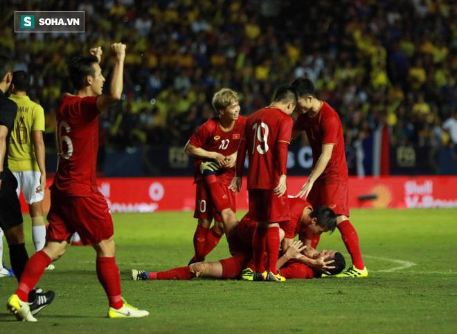 Nhìn Thái Lan chơi bạo lực, bố Tuấn Anh nghẹn ngào chúc con bình an ở trận chung kết - Ảnh 1.