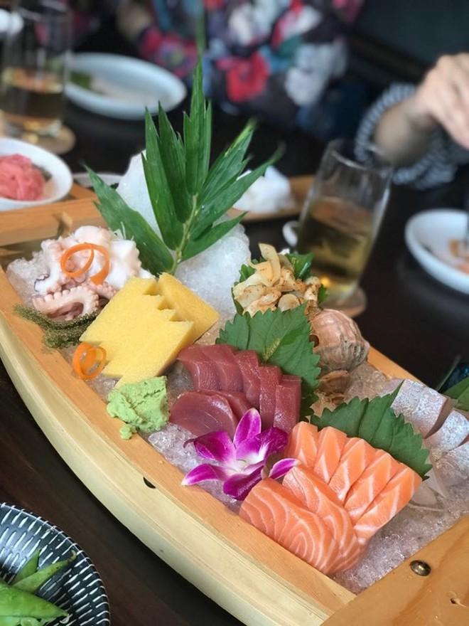 Ăn sushi nổi tiếng phố Kim Mã, team công sở giật mình thanh toán 12 triệu, riêng trà đá gần 1 triệu vì mắc bẫy nhà hàng - Ảnh 2.