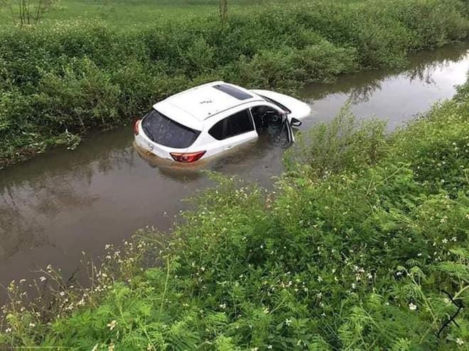 Đi trên đường làng, ô tô bỗng phi xuống mương, nước tràn vào ngập nửa xe - Ảnh 3.