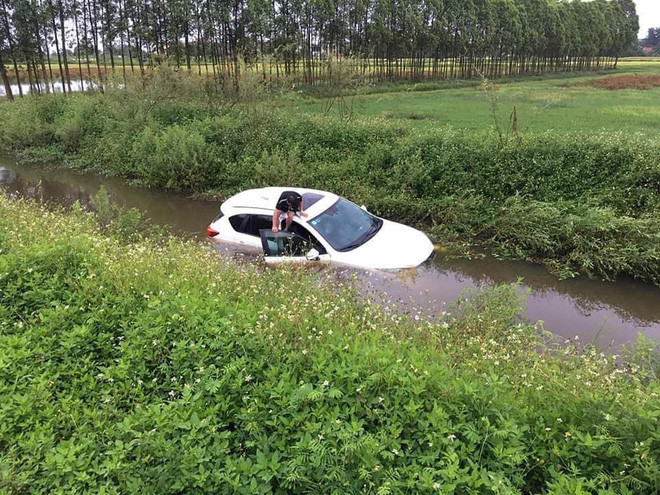 Đi trên đường làng, ô tô bỗng phi xuống mương, nước tràn vào ngập nửa xe - Ảnh 2.