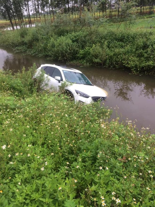 Đi trên đường làng, ô tô bỗng phi xuống mương, nước tràn vào ngập nửa xe - Ảnh 1.