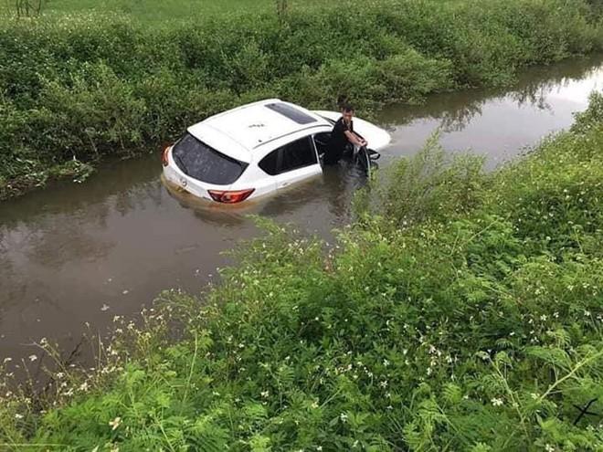 Đi trên đường làng, ô tô bỗng phi xuống mương, nước tràn vào ngập nửa xe - Ảnh 4.
