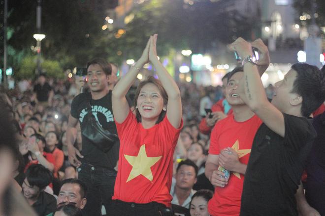 Tuyển Việt Nam thua sát nút, cổ động viên nuối tiếc, đốt pháo sáng tại phố đi bộ Nguyễn Huệ - Ảnh 9.