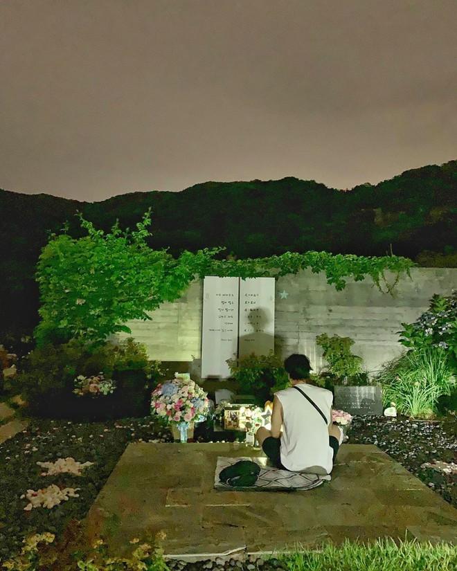 Hình ảnh đau xót lúc Kbiz náo loạn: So Ji Sub lặng lẽ trước mộ tài tử Bản tình ca mùa đông đúng 9 năm ngày mất - Ảnh 2.