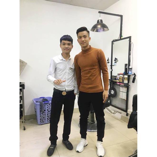 Những người thường xuyên xuất hiện trước công chúng sẽ tới tiệm cắt tóc 3-4 lần/tháng. Ảnh: TTuyển thủ Phan Văn Đức làm tóc tại 30shine