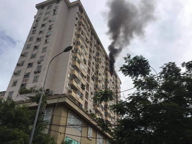 Hà Nội: Cháy tại tầng 15 tòa chung cư ở Nam Trung Yên, khói bốc ra nghi ngút - Ảnh 3.