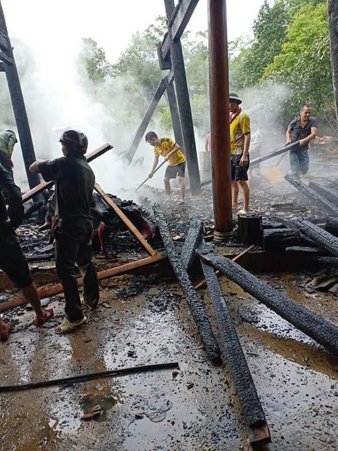 Xót xa hình ảnh 3 đứa trẻ nghèo bới đống tro tìm từng trang sách cháy dở - Ảnh 2.