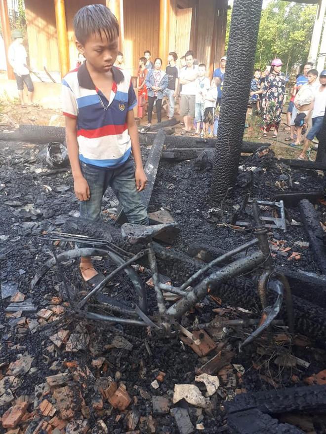 Xót xa hình ảnh 3 đứa trẻ nghèo bới đống tro tìm từng trang sách cháy dở - Ảnh 3.