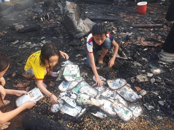 Xót xa hình ảnh 3 đứa trẻ nghèo bới đống tro tìm từng trang sách cháy dở - Ảnh 4.