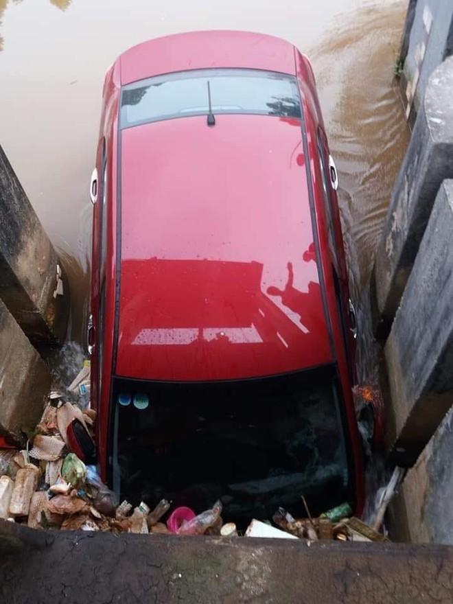 Ô tô màu đỏ nằm dưới mương, rác thải vây xung quanh khiến nhiều người tò mò - Ảnh 4.
