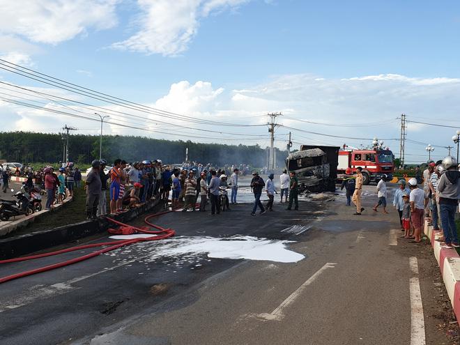 Va chạm xe bồn chở dầu, xe ben cháy ngùn ngụt, tài xế và con trai 6 tuổi bị thiêu cháy trong cabin - Ảnh 1.